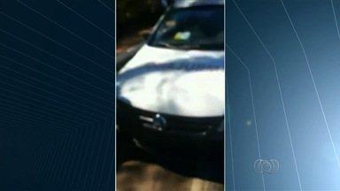 Ambulância é pega em blitz com placa adulterada em Caldas Novas, Goiás - Placa foi mudada com fita isolante; documentos do carro estavam vencidos. Condutor não portava CNH e disse que transporte de comida era frequente.