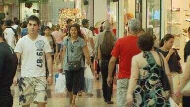 Crise econômica tem feito as pessoas pensarem antes de finalizar compras - Consumidores que tinham pensado em fazer financiamento mudaram de ideia por causa da alta dos juros e da ameaça do desemprego.