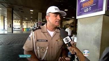 Uso do cinto de segurança é obrigatório durante viagens interestaduais - Entrevista ao vivo na plataforma de embarque na rodoviária de Belo Horizonte com o tenente Nagib Magela.
