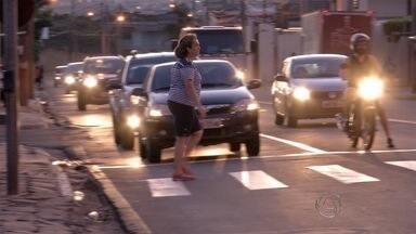 """Detran retoma campanha """" Pedestre, eu cuido!"""" em Campo Grande - Objetivo da campanha é orientar pedestres de como atravessar com segurança na faixa"""
