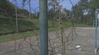 Área de lazer está abandonada em Piracicaba - A situação está ruim desde fevereiro deste ano. O banheiro público, que estava em uma situação precária, foi demolido pela prefeitura. Até a base da guarda municipal está sendo depredada.