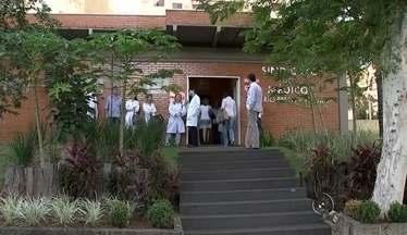 Sindicato recebe decisão da Justiça e médicos devem voltar ao trabalho - O Sindicato dos Médicos recebeu na manhã desta terça-feira (14) uma notificação da Justiça para encerrar a greve em São José do Rio Preto (SP). Desde esta segunda-feira (13), o atendimento foi interrompido nas unidades básicas de saúde.