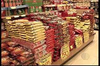 Principais produtos consumidos pelos brasileiros estão com preços altos - O pó de café é uma das mercadorias que já teve aumento.