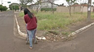 Mães enfrentam ruas com carrinhos de bebês porque faltam calçadas em Campo Grande - O Tereré com Cabral foi acompanhar mães que levam os bebês para passear de carrinho pela cidade. Um passeio pode se transformar em um grande desafio por causa da falta de acessibilidade.