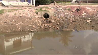 Problemas de estrutura preocupam moradores de Riacho Doce - No período chuvoso o riacho do bairro sobe e invade as casas. População também cobra a falta de calçamento e iluminação na região.