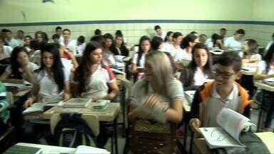 Alunos de escola pública em Arapiraca retornam as aulas nesta terça-feira - Estudantes da Escola Professor José Quintela Cavalcanti estavam sem aula há cerca de dois meses, devido ao desabamento de parte do teto da unidade de ensino.