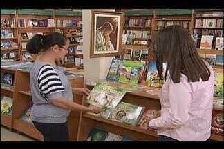 Vendas de livros religiosos acompanha tendência da crise e sofre queda em Uberlândia - Mercado editorial sofreu queda de 0,81%, de acordo com dados da Câmara Brasileira do Livro. Queda também afetou mercado de livros religiosos.