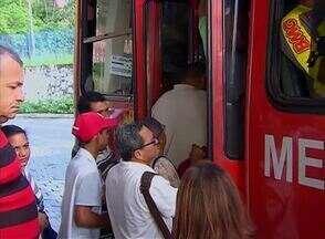 Motoristas em greve param ônibus em ruas e avenidas do Recife - Categoria entrou em greve nesta terça-feira (14). No entanto, o Sindicato dos Rodoviários diz que não apoia as paralisações e vai manter 70% da frota circulando.