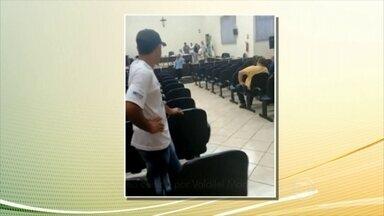 Moradores protestam e parlamentares aprovam redução de seus salários no PR - Salário de vereadores e prefeito serão reduzidos em Santo Antônio da Platina. Projeto anterior previa dobrar os salários dos parlamentares.