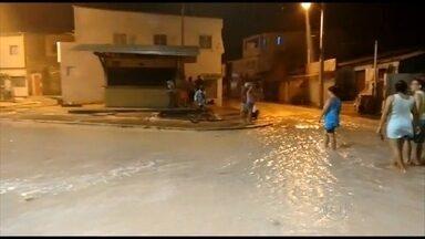 Água do mar invade ruas e casas em Brasília Teimosa - Água chegou ao prédio do Conselho dos Moradores, que fica a 800 metros do mar.