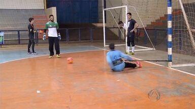Latinos Dourados aposta em defesa forte para avançar na Copa Morena de futsal - A Copa Morena de futsal chegou a uma fase importante: as quartas de final. Tem time apostando na defesa para se dar bem na competição.