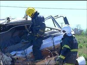 Caminhões batem de frente e duas pessoas morrem na BR-153 - Caminhões batem de frente e duas pessoas morrem na BR-153