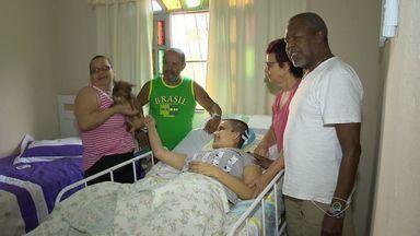 Atropelada em frente a shopping no ES comemora alta de hospital - Caroline Reis teve três lesões no cérebro, na coluna e quebrou membros.Estudante contou que não vê a hora de voltar à rotina.