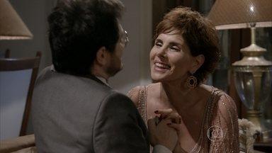 Lucrécia convida Edgard para morar com ela - Depois do casamento de Jade, a professora chama o amigo para para morar em sua casa. Os dois combinam as regras