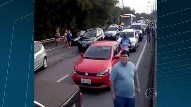 Bandidos fazem arrastão na Linha Vermelha - A Polícia Militar disse que, pelo menos, dois carros foram roubados. Um deles foi abandonado minutos depois. Policiais ainda procuram pelos bandidos.