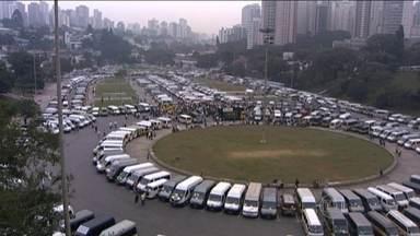 Motoristas de transporte escolar fazem protesto em vários pontos do Brasil - Os motoristas de vans escolares de Belo Horizonte seguiram em carreata até a sede do governo de Minas. Motoristas de vans também percorreram as ruas de Aracaju. E em Florianópolis eles chegaram a parar uma das pistas da ponte Colombo Salles.