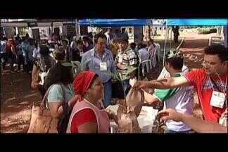 População recebe orientações e brindes no 'Integração Rural' em Uberlândia - Mudas foram distribuídas e massagem oferecida pelos profissionais da Associação dos Deficientes Visuais de Uberlândia.