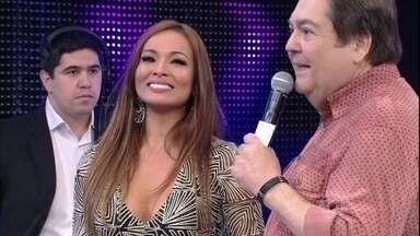 Carol Nakamura se emociona no palco do Domingão - A ex bailarina é ovacionada pela plateia