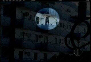 Homem é flagrado trabalhando no quarto andar de um prédio em Cabo Frio sem proteção - Ministério da Saúde faz fiscalizações por meio de denúncias.