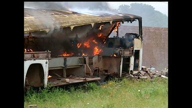 Ônibus desativado pega fogo durante serviço com maçarico em Santarém - Maçarico produziu faísca e atingiu o forro do veículo.