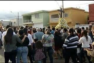 Fiéis participam do encerramento da Festa do Senhor do Bonfim em Bocaiuva - Fiéis foram fazer pedidos e agradecimentos.