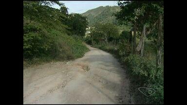 Moradores de Alto Gironda reclamam de condições de estrada, no Sul do ES - Ônibus parou de passar na região por causa da situação da estrada.