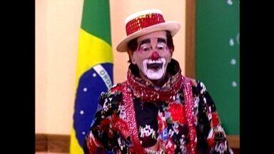 Relembre participação de Carequinha na Escolinha do Professor Raimundo - Personagem coloca alunos para cantar em sala de aula
