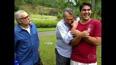 Reveja André Marques distribuindo suco de uva para elenco em 2002 - Inspirado em Sabor da Paixão, apresentador faz pegadinha com atores