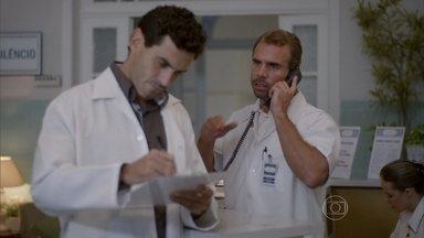 Duca avisa à clinica que está com Nat - Germano fica feliz em ter notícias da ex-paciente e promete encontrar com ela na casa de Duca