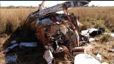 Cenipa analisa destroços de avião que caiu em fazenda de Rio Verde, GO - Segundo órgão, ainda não se sabe o que causou a queda do monomotor.Passageiro colombiano morreu e piloto, que é brasileiro, ficou ferido.