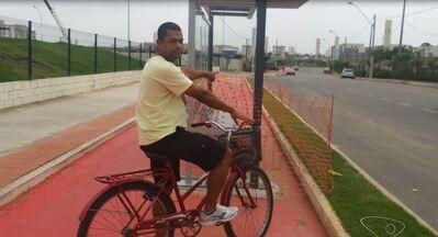 Abrigo para ponto de ônibus é construído em ciclovia no ES - Moradores do bairro Colina de Laranjeiras ficaram revoltados.Prefeitura da Serra informou que empresa já foi notificada.