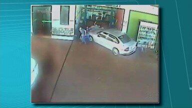 Motorista invade posto e atropela quatro pessoas - Foi no fim de semana, na região de Londrina. Segundo a polícia, o motivo da ação do motorista foi ciúmes da namorada.