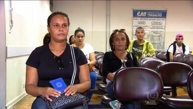 Brasileiros precisam enfrentar fila para procurar emprego - Pela primeira vez em 13 anos, o país encerrou um primeiro semestre demitindo mais do que contratando trabalhadores com carteira assinada. O resultado disso é que muitos brasileiros precisam agora enfrentar uma realidade dura.