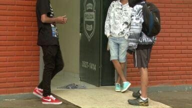 Adolescentes fazendo algazarra foram ouvidos hoje na polícia civil - Eles foram detidos no fim de semana quando seguiam de ônibus coletivo para uma festa. A liberação só ocorreu na presença dos pais.