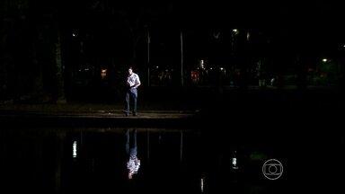 Medo de assaltos é comum entre quem passa pelo Parque Treze de Maio, no Recife - Entrevistados pela TV Globo contaram que já viram criminosos armados agindo no parque. Escuridão estaria facilitando ação de ladrões.