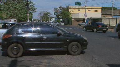 Motoristas se arriscam em conversão na Avenida Brasil em Ribeirão Preto - Trecho considerado perigoso fica no cruzamento com a Rua Americana, próximo ao acesso à Rodovia Anhanguera.