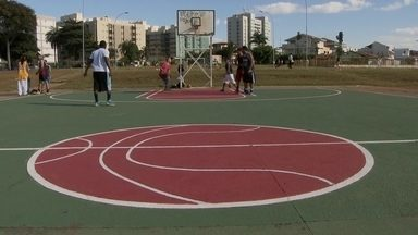 Moradores do Guará protestam contra desativação de área de lazer - Com recursos próprios, moradores até reformaram a quadra de basquete. Porém, o espaço vai dar lugar a uma escola técnica do governo.