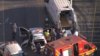 Batida na MG-424, em Pedro Leopoldo, deixa uma pessoa morta e nove feridos - Um veículo envolvido no acidente transportava um grupo de trabalhadores. A rodovia ficou fechada para socorro das vítimas e foi liberada no fim da manhã desta terça-feira (21).