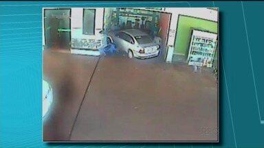 Motorista invade posto e joga carro contra pessoas - Um motorista invadiu um posto de combustíveis, e jogou o carro contra pessoas que estavam sentadas, conversando.