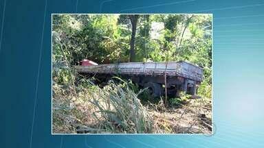 BR-356 é liberada após acidente em Muriaé - Caminhão e carreta com madeira bateram quando passavam por uma ponte na entrada da cidade.