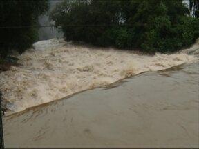 Chuva causa alagamento em Caxias do Sul - Morador do bairro Planalto um registrou a intensidade da água invadindo a casa dele.