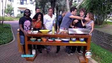 Felipe Hinze prepara hambúrguer para Babu Santana, Oscar Magrini e Rafael Cardoso - Turma do Esquenta também aparece para experimentar sanduíche do ator
