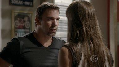 Lobão instrui Nat a voltar para a academia de Gael - O vilão promete ajudar Nat a conseguir o emprego e um cafofo para dormir no QG