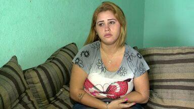 Jovem sofre por não conseguir cirurgia na rede pública de saúde, no ES - A adolescente de 18 anos precisa reduzir o tamanho dos seios.
