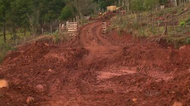 Estrada rural interditada por deslizamento de terra impede que crianças vão pra escola - O deslizamento é na estrada que liga a Comunidade de Barreiros à Vila Jordão em Guarapuava. As crianças estão há duas semanas sem ir pra escola.