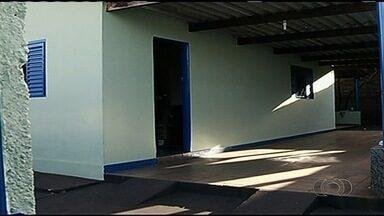 Empresária e filho são encontrados mortos dentro de casa, em Goiás - Polícia Civil suspeita que companheiro da mulher, que está desaparecido, é suspeito de cometer o crime.