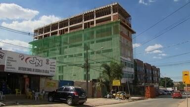 Prédios de Vicente Pires crescem de forma desordenada - Em Vicente Pires, os prédios ganham novos andares, o que pode dificultar o processo de regularização. A Agefis informou que notificou, embargou e multou obras irregulares. Mas não derrubou nenhuma.