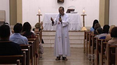 MP denuncia padre apontado como servidor fantasma por peculato, em Goiás - Ele também deve responder pelo crime de abandono de função, em Goiânia. Pároco terá que devolver salários ganhos indevidamente na Assembleia.