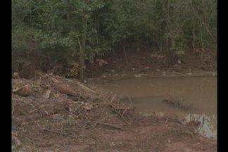 Chuva preocupa moradores da Vila Santa Terezinha II em Cruz Alta, RS - Lixo acumulado obstrui a tubulação sobre a RS 342, causando inundações nas proximidades.