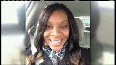Morte de mulher é vista como mais um caso de violência policial contra negros nos EUA - Sandra Bland, uma mulher, negra foi parada por policias por causa de um defeito no pisca-alerta.Três dias depois ela foi encontrada morta na prisão. A polícia alega que ela teria se enforcado na cela.
